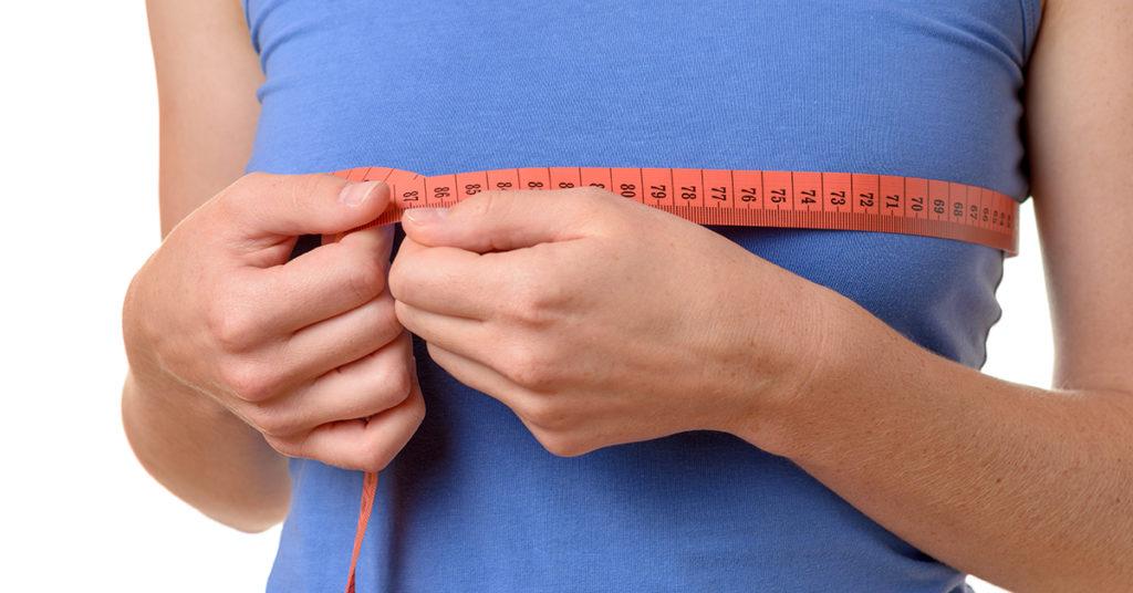 Pomanjšanje prsi: prevelike prsi so lahko vzrok bolečinam v ramenih in hrbtenici.